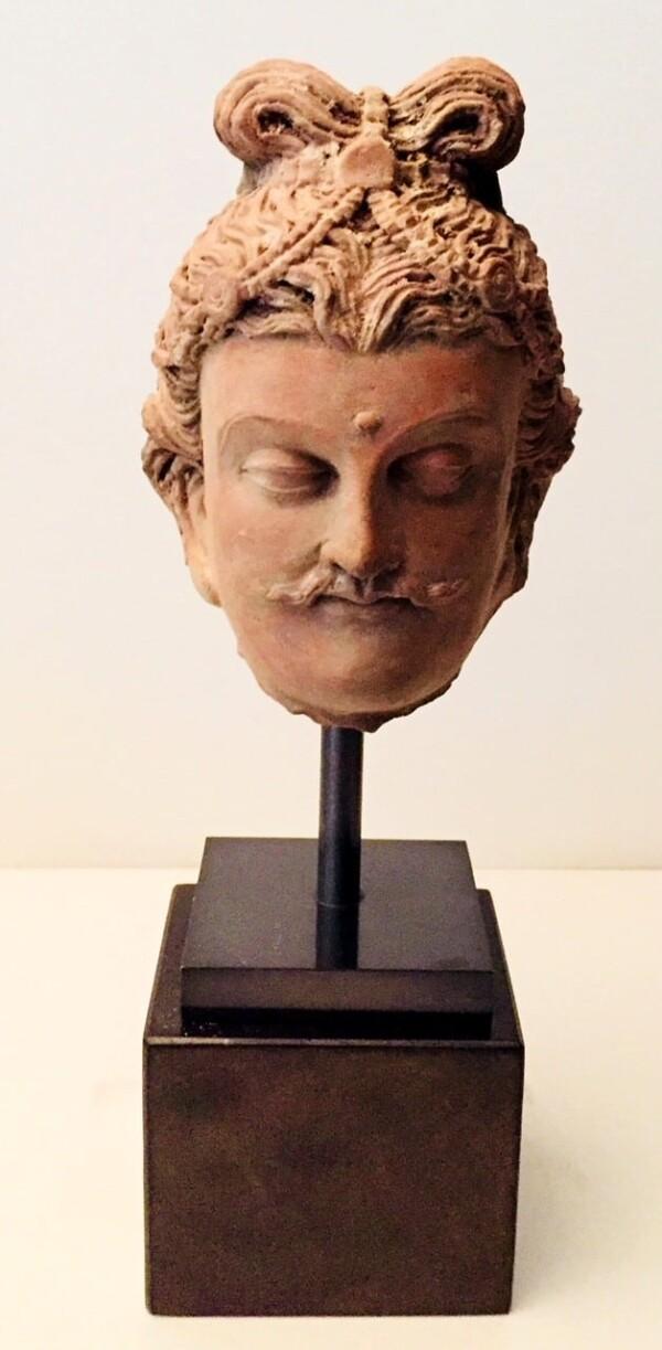 Tête de Bodhisattva moustachu en terre cuite