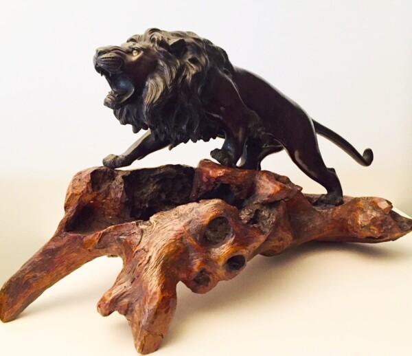 Lion en Bronze 19ème du Japon sur son socle en racine de cèdre travaillée d'époque