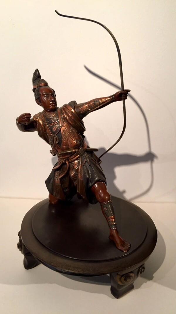 Okimono en bronze du Japon époque Meiji. Archer agenouillé prêt à tirer à l'Arc